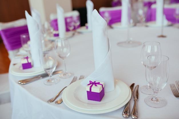 Tafelset voor een bruiloft of een ander verzorgd evenementendiner. Premium Foto