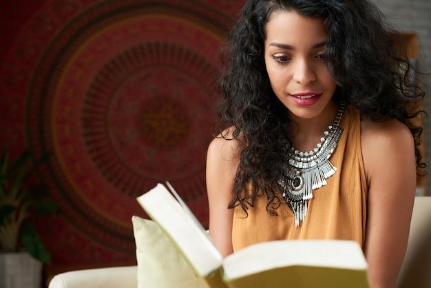 Taille die van aantrekkelijke latijnse vrouw is ontsproten die een boek leest Gratis Foto