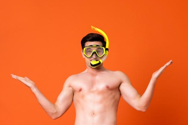 Taille omhoog portret van een jonge shirtless caucaisan mens die snorkelt draagt Premium Foto
