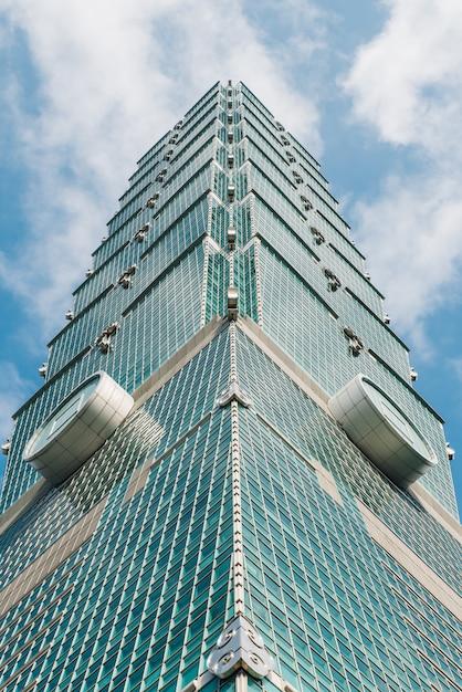 Taipei 101 gebouw dat uitzicht van onderen met heldere blauwe lucht en cloud. Premium Foto