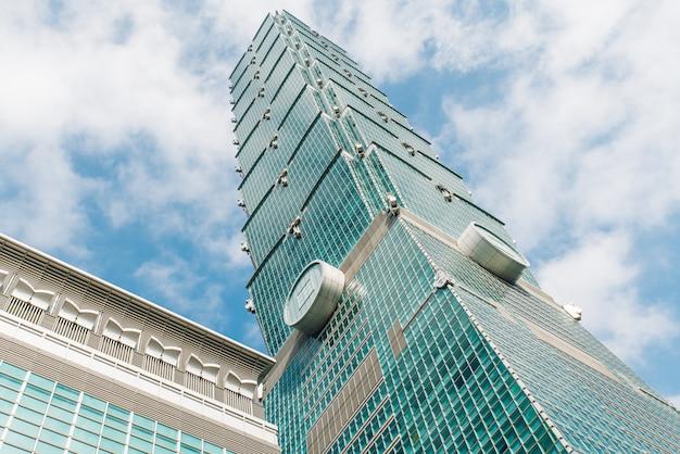 Taipei 101 gebouw van onderen met heldere blauwe lucht en wolken in taipei, taiwan. Premium Foto