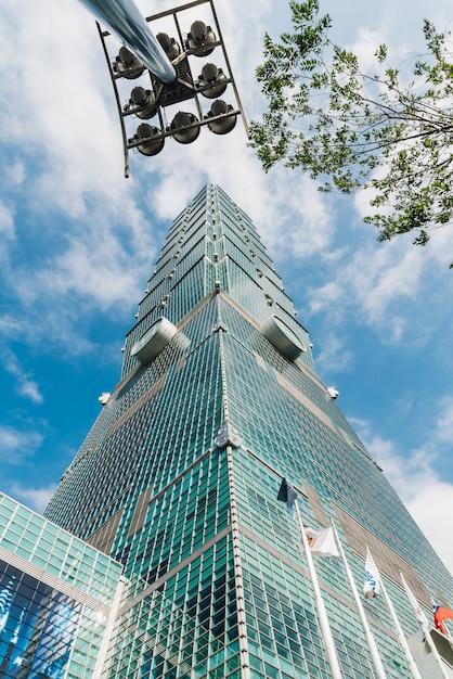 Taipei 101 gebouwen met boomtakken en het bouwen van lichte post Premium Foto