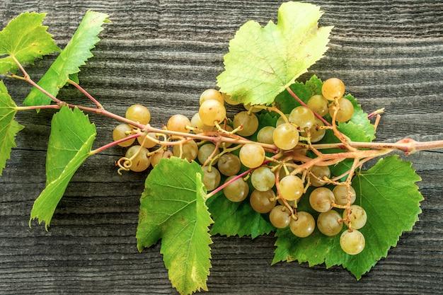 Tak van druiven op een houten tafel Premium Foto