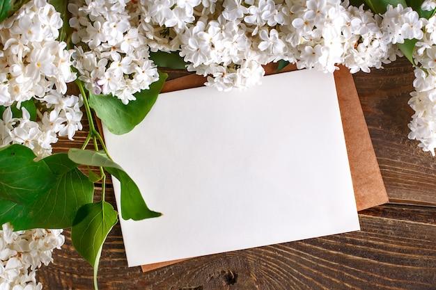 Takken van sering die op houten raad met prentbriefkaaren liggen. Premium Foto