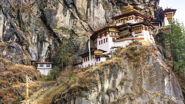 Taktshang goemba-tempel op klippenberg Premium Foto