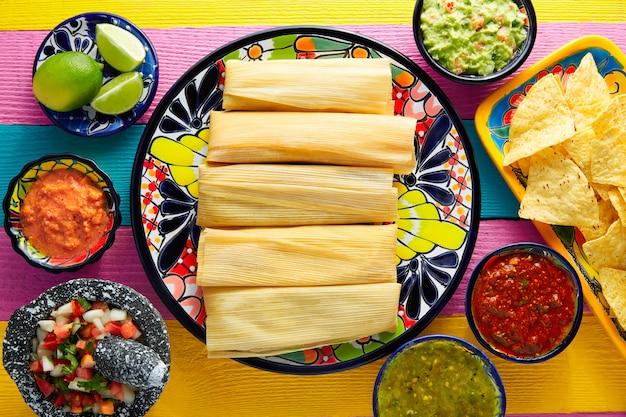 Tamale met maïsblad en sauzen guacamole Premium Foto