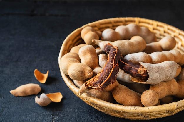 Tamarinde in een houten mand op de lijst Premium Foto