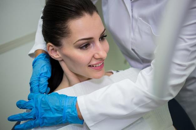 Tandarts die patiënt voor tandcontrole voorbereiden Gratis Foto
