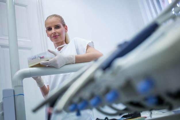Tandarts die tandheelkundige apparatuur Gratis Foto