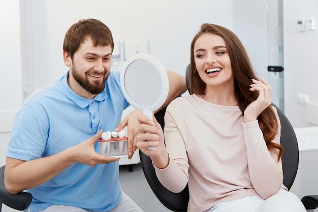 Tandarts met tevreden patiënt Premium Foto