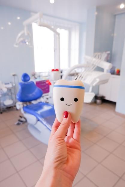 Tanden model van variëteiten van orthodontische beugel of brace. gezonde tand. gezond eten concept. tandheelkundig bezoek. tand glimlacht. positieve emoties. gezonde levensstijl. Premium Foto