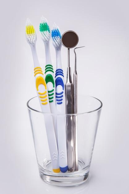 Tandenborstels in een glas Gratis Foto