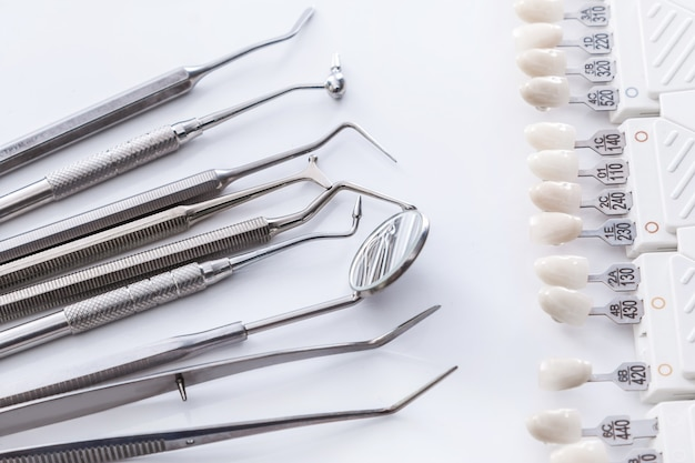 Tandheelkundig gereedschap en tandmonsters Premium Foto