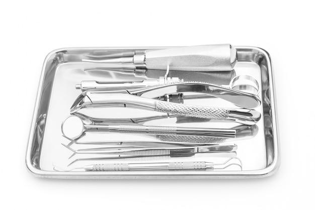 Tandheelkundige instrumenten en apparatuur op een witte achtergrond. Gratis Foto