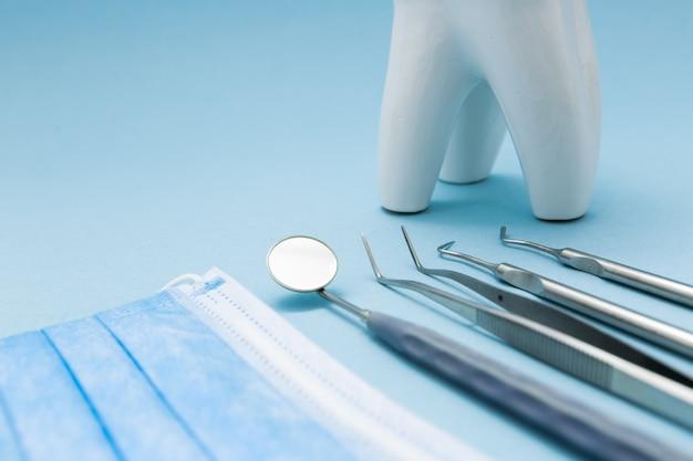 Tandhulpmiddelen voor tandheelkunde, instrumenten. detailopname. Premium Foto