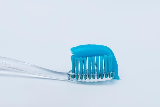 Tandpasta op een tandenborstel op een witte achtergrond. Premium Foto