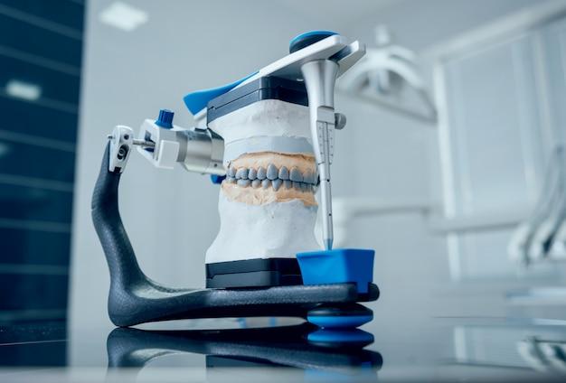 Tandtechnicus die met gewricht in tandlaboratorium werkt Premium Foto