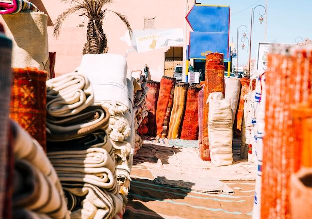 Tapijten op markt in marrakech Gratis Foto