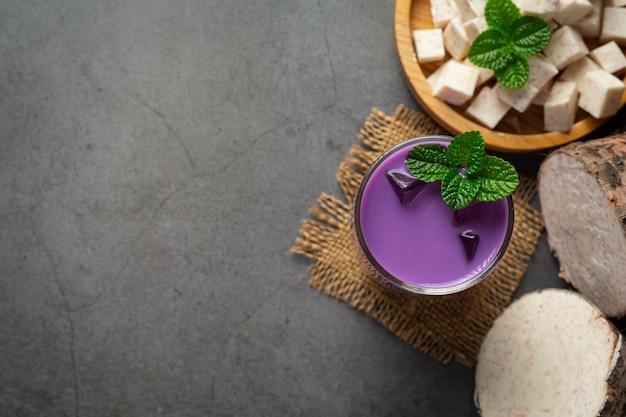 Taro aardappel ijsthee op tafel Gratis Foto