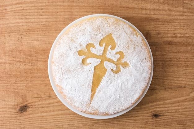 Tarta de santiago. traditionele amandelcake van santiago in spanje op houten lijst Premium Foto