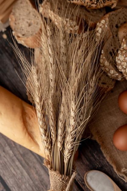 Tarwegras op de broden en de houten tafel Premium Foto
