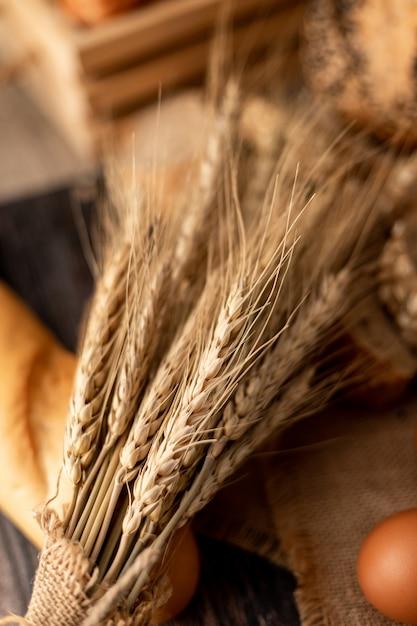 Tarwegras op de broden op hout Premium Foto