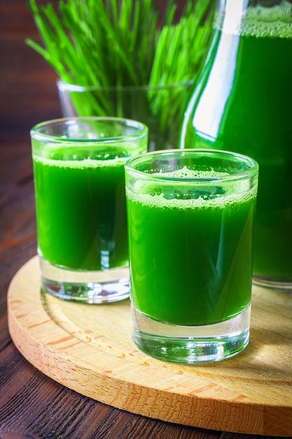 Tarwegrasschot. sap van tarwegras. trend van gezondheid. Premium Foto