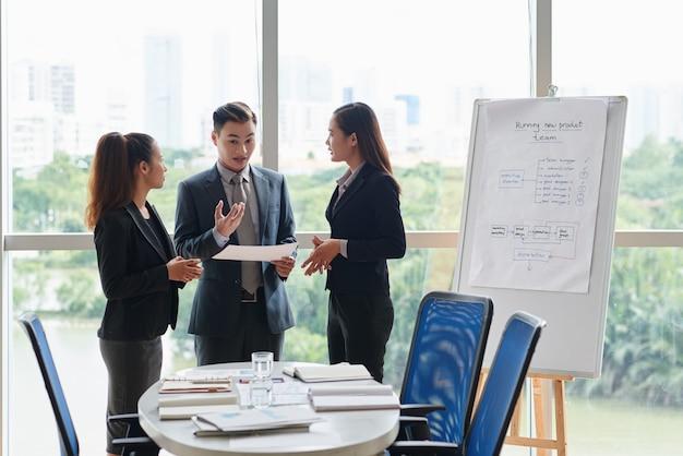 Team dat bespreking in bestuurskamer heeft Gratis Foto