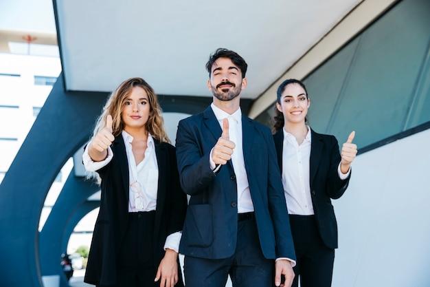Team van architecten die duimen omhoog maken Gratis Foto