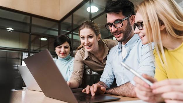 Team van jonge ondernemers tijdens een vergadering Gratis Foto