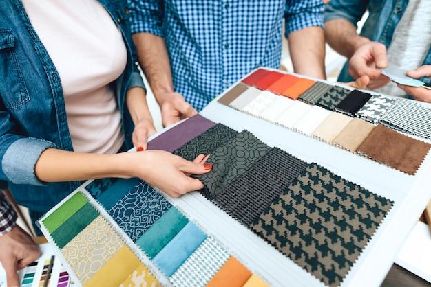 Team van ontwerpersarchitecten bekijken kleurenpalet Premium Foto