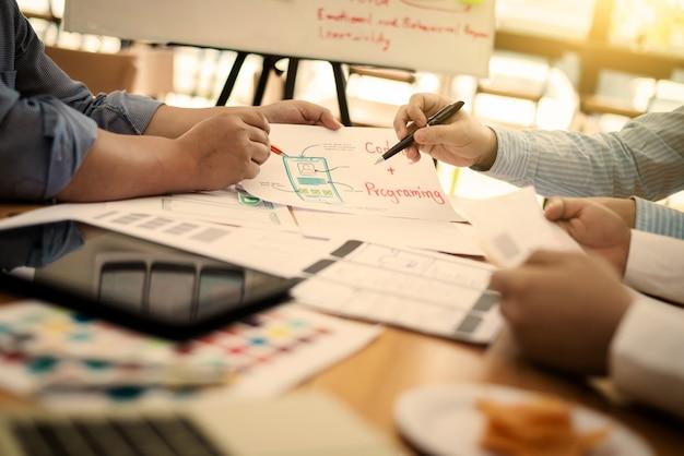Team van ux ui ontwerper mobiele ontwikkelingservaring app. Premium Foto