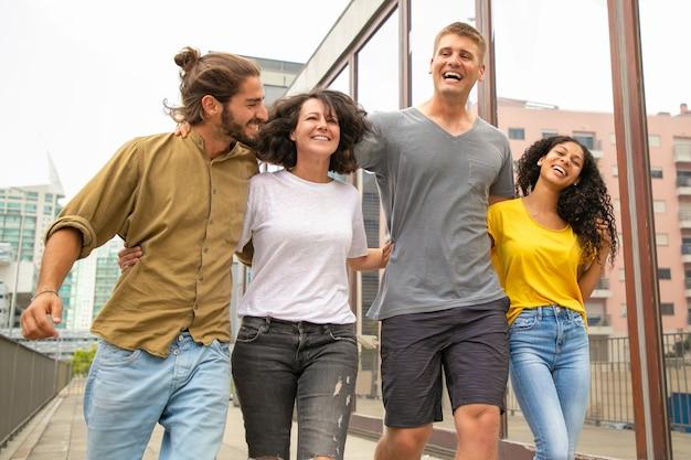 Team van vrolijke zorgeloze vrienden plezier maken Gratis Foto