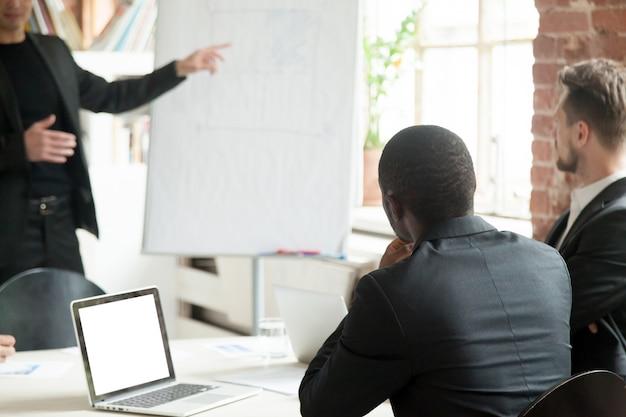 Team van zakenlieden luisteren naar zakelijke lezing tijdens de briefing. Gratis Foto