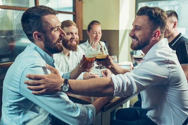 Teamjob terwijl u ontspant in de pub Gratis Foto