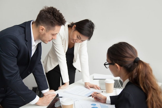 Teamleider die werkresultaten bespreken op vergadering, groepswerkconcept Gratis Foto