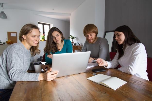 Teampresentatie aan de vergadertafel Gratis Foto