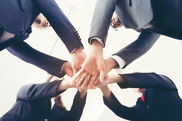Teamwerk doe mee aan handmacht voor ondersteuning met samen en vertrouw het teamteam van concepteenheid Premium Foto