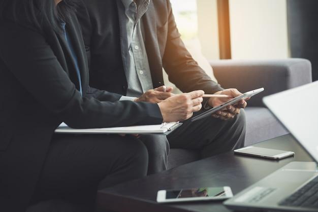 Teamwerkproces. jonge zakenmanagers die werken met een nieuw opstartproject. labtop op houten tafel, toetsenbord typen, sms-bericht, grafiekplannen analyseren. Gratis Foto