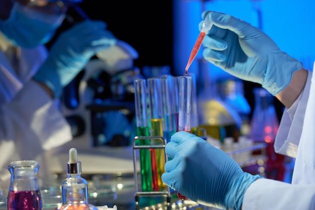 Teamwork bij dim modern lab Gratis Foto