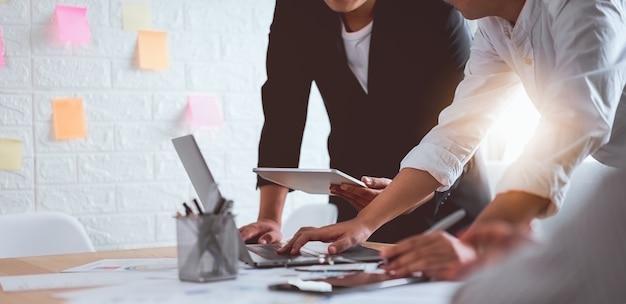 Teamwork brainstorming meeting en nieuw startup project op de werkplek Premium Foto