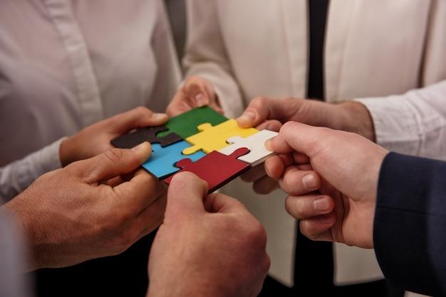 Teamwork van partners. concept van integratie en opstarten met puzzelstukjes Premium Foto