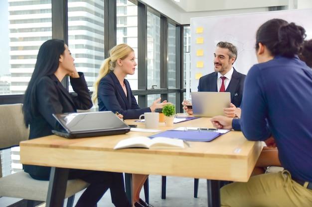 Teamwork zakelijke bijeenkomst werkgroep voor marketingplan succes Premium Foto