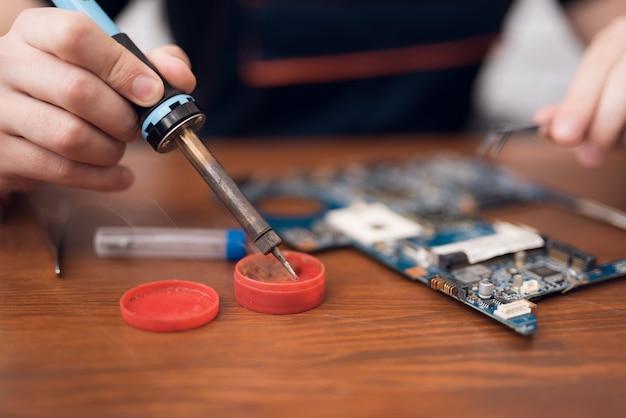 Tech soldeer telefooncircuits smartphone-reparatie. Premium Foto