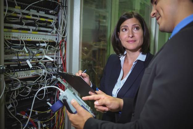 Technici communiceren met elkaar tijdens het analyseren van de server Premium Foto