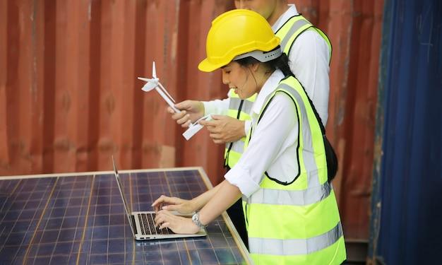 Technici installeren panelen zonnecellen om elektriciteit te produceren en te distribueren. energie technologie concept Premium Foto
