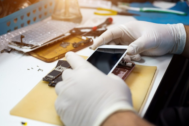 Technici om mobiele telefoons te repareren Premium Foto