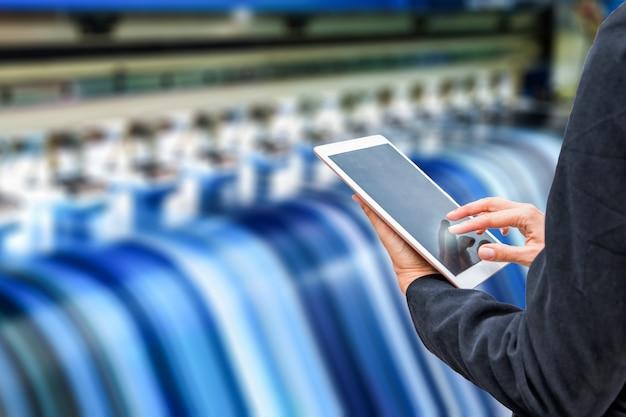 Technicus die tabletcontrole met formaat groot inkjet die blauw vinyl gebruikt drukt Premium Foto