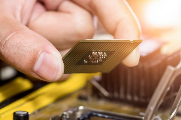 Technicus sluit cpu-microprocessor aan op moederbordaansluiting Premium Foto