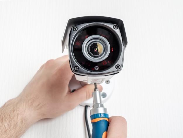 Technicus werknemer video cctv-camera installeren Premium Foto